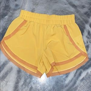NEW LULU LEMON YELLOW RUNNING ATHLETIC SHORT DRY